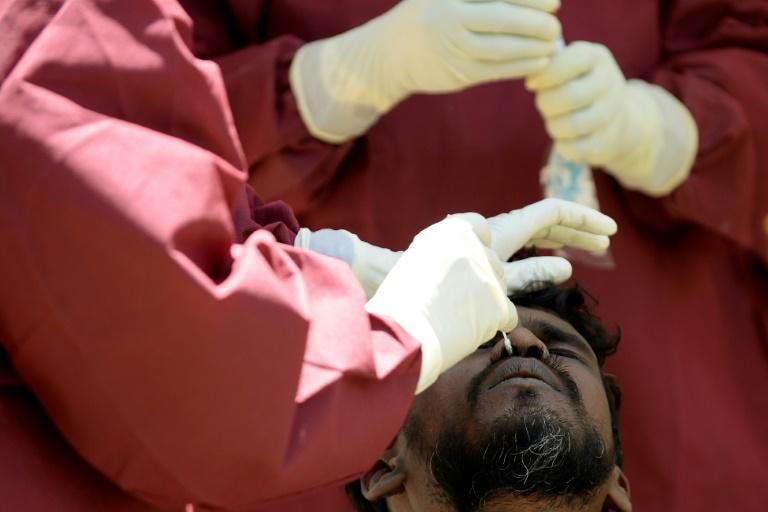 Un travailleur sanitaire collecte un échantillon pour un test du coronavirus à Colombo (Sri Lanka) le 4 septembre 2020