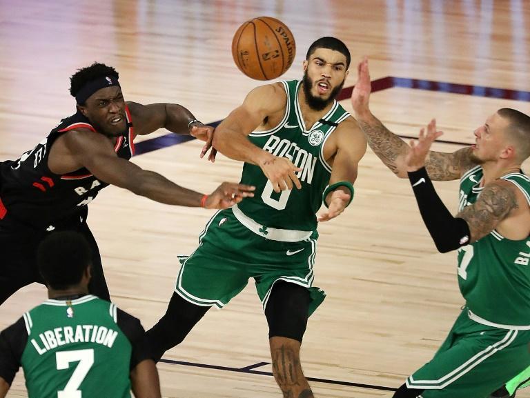 Pascal Siakam (à gauche) des Toronto Raptors face à Jayson Tatum (centre) et deux autres joueurs des Boston Celtics, en finale de conférence Est NBA le 9 septembre 2020 à Lake Buena Vista (Floride) afp.com - Mike Ehrmann