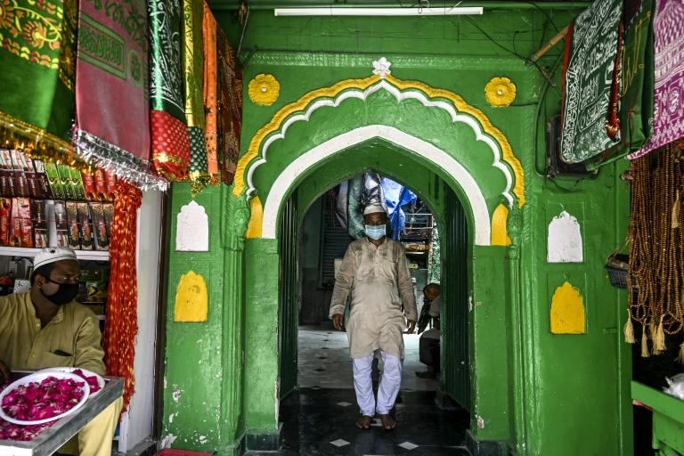 Un fidèle musulman au sanctuaire Dargah de Nizamuddin, à New Delhi, qui a rouvert après six mois de fermeture en raison de l'épidémie de coronavirus, le 6 septembre 2020