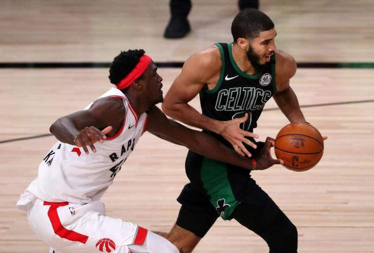 Le joueur des Celtics, Jayson Tatum (droite), le 11 septembre 2020 à Lake Buena Vista afp.com - Michael Reaves