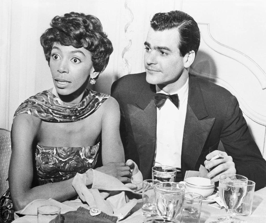 Joséphine dîne au restaurant en 1958 avec son mari, Timothy Fales, lors d'une fête pour le premier anniversaire de la première de «Jamaica». Crédit ... Bettmann Archive / Getty Images
