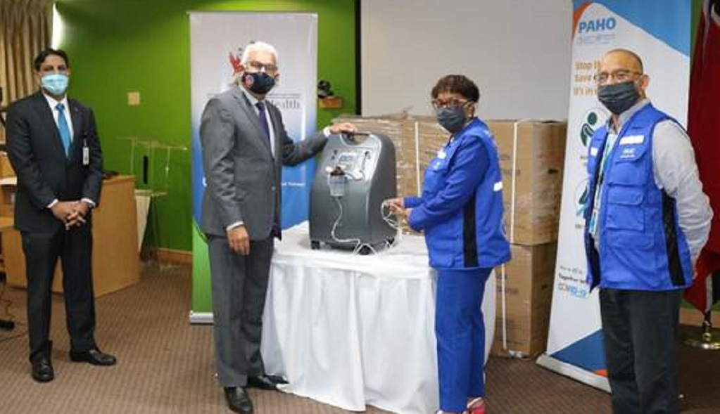Ministry of Health officials receive oxygen concentrators from PAHO/WHO.