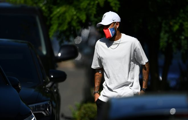 """Le joueur brésilien Neymar arrive au centre d'entraînement du PSG au """"Camp des Loges"""" à Saint-Germain-en-Laye, près de Paris, le 22 juin 2020 FRANCK FIFE AFP/Archives"""
