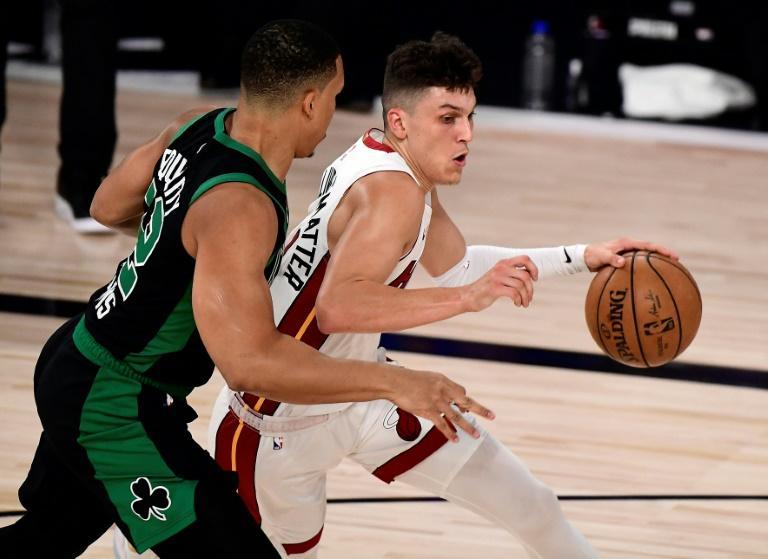 Tyler Herro, du Miami Heat, déborde Grant Williams, des Boston Celtics, lors du premier match de la finale de Conférence Est des play-offs NBA le 15 septembre 2020 à Lake Buena Vista, en Floride afp.com - Douglas P. DeFelice