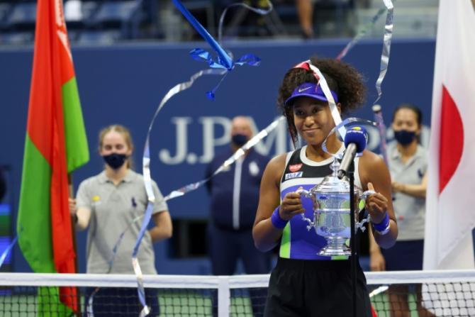 Naomi Osaka recevant le trophée de l'US Open, samedi 13 septembre à New York afp.com - AL BELLO