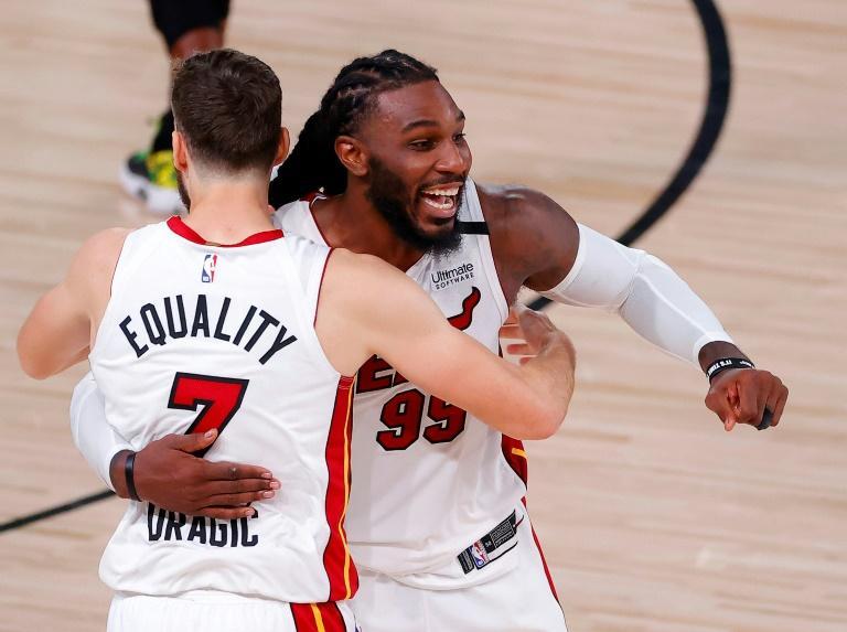 Les joueurs de Miami Jae Crowder et Goran Dragic célèbrent la victoire du Heat, le 17 septembre 2020 à Lake Buena Vista afp.com - Kevin C. Cox