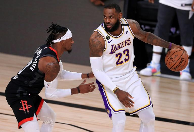 LeBron James (d), des Los Angeles Lakers, face à Robert Covington, des Houston Rockets, en demi-finale de la conférence Ouest à Lake Buena Vista (Floride), le 12 septembre 2020