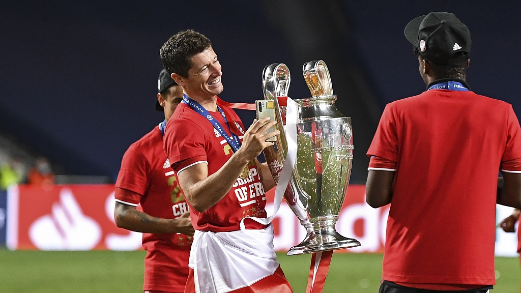 Bayern's Robert Lewandowski holds the trophy after the Champions League final against Paris Saint-Germain at the Luz stadium in Lisbon, Portugal, Sunday, Aug. 23, 2020. Bayern won 1-0. (David Ramos/Pool via AP).