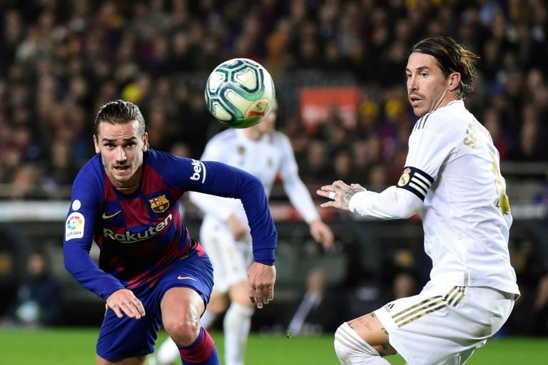 L'attaquant du Barça Antoine Griezmann à la lutte avec le capitaine du Real Sergio Ramos, lors du dernier clasico disputé au Camp Nou, le 18 décembre 2019 JOSE JORDAN AFP/Archives