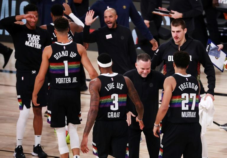 L'entraîneur des Denver Nuggets, Michael Malone (c), félicitent ses jours après leur victoire sur les Los Angeles Clippers lors du match 6 des play-offs, à Lake Buena Vista, le 13 septembre 2020 afp.com - Michael Reaves