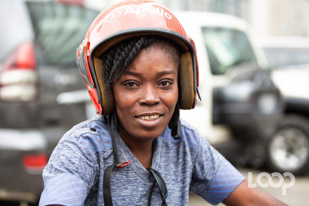 Daphnée Alphonse chevauchant sa motocyclette en signe démonstration sur la cour de Digicel/ Luckenson Jean