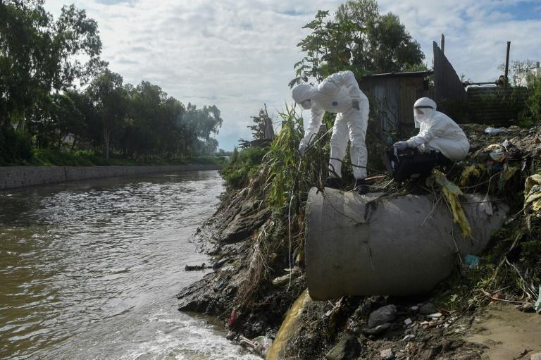 Des chercheurs font des prélèvements pour repérer la présence éventuelle du coronavirus, le 7 août 2020 dans un égout sur la rivière Manohar, dans le district de Lalitpur près de Katmandou afp.com - Prakash MATHEMA