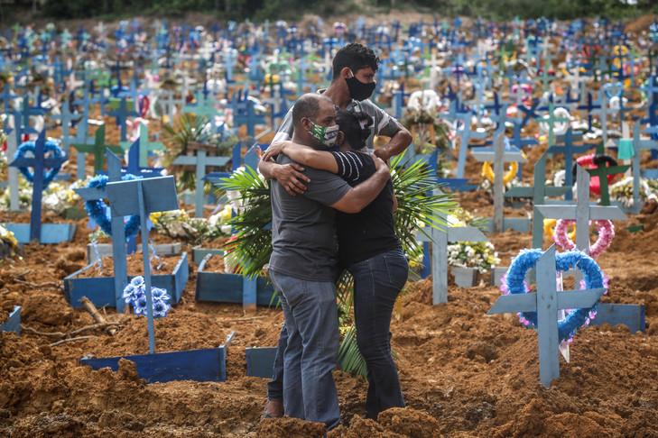 Les proches d'une personne décédée lors d'un enterrement de masse des victimes de la pandémie de Covid-19, à Manaus, le 19 mai 2020. ANDRÉ COELHO/GETTY IMAGES/AFP