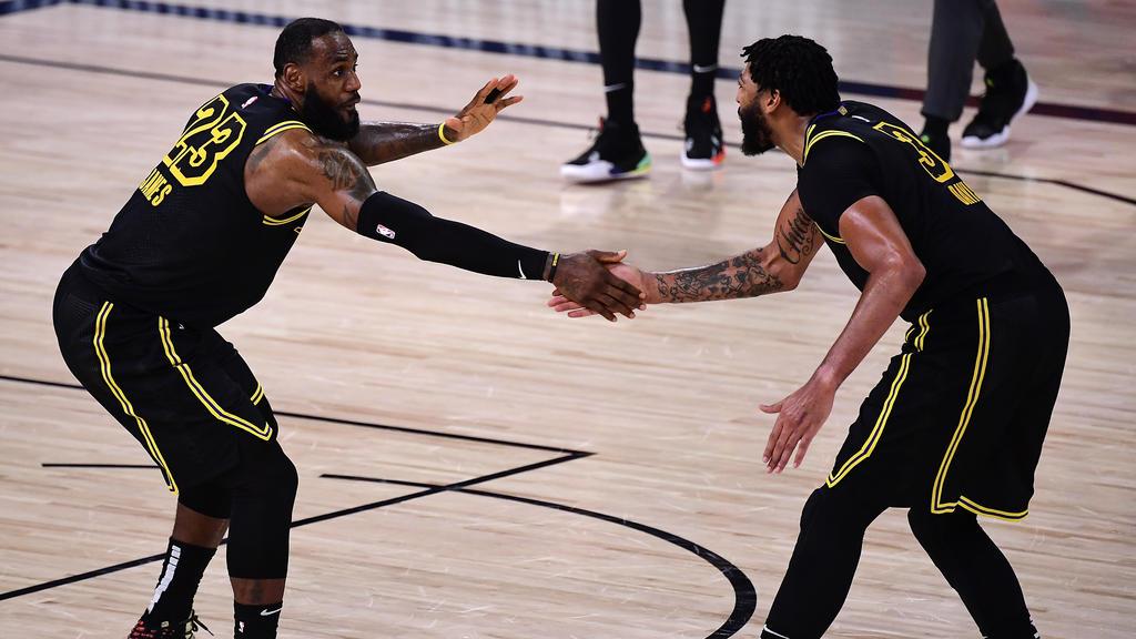 LeBron James et Anthony Davis célèbrent leur victoire dans le match 2 contre Houston. | AFP