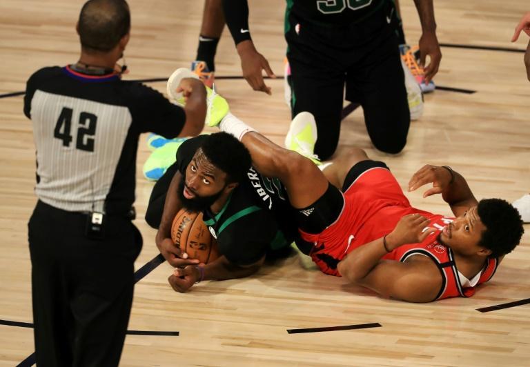 Kyle Lowry des Toronto Raptors et Jaylen Brown des Boston Celtics à la lutte lors du match 5 de leur demi-finale de Conférence Est de la NBA le 7 septembre 2020 à Lake Buena Vista, en Floride afp.com - Mike Ehrmann