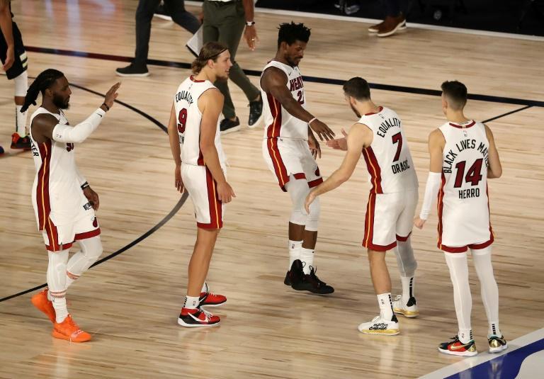 Les joueurs du Miami Heat viennent féliciter Jimmy Butler (au centre) auteur des lancers francs de la victoire en demi-finale de Conférence Est de la NBA contre les Milwaukee Bucks le 2 septembre 2020 à Lake Buena Vista, en Floride afp.com - Mike Ehrmann