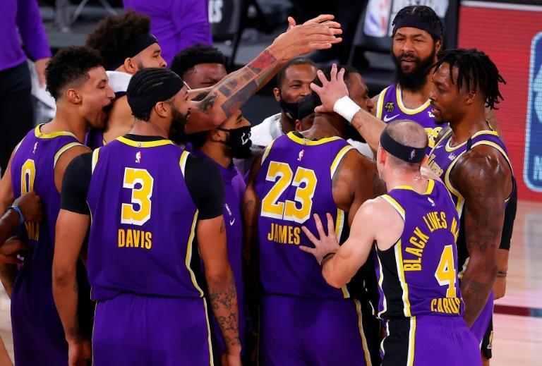LeBron James des Los Angeles Lakers félicité par ses coéquipiers après leur victoire face aux Denver Nuggets lors du match 5 des play-offs NBA, à Lake Buena Vista, le 26 septembre 2020 afp.com - Kevin C. Cox
