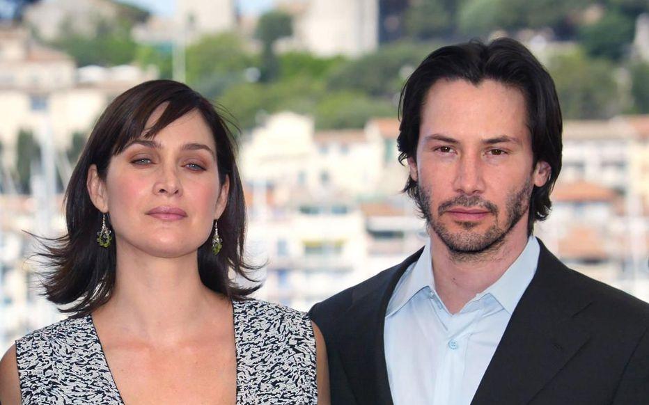 Keanu Reeves aet Carrie-Anne Moss pose lors de la présentation de « Matrix Reloaded » lors du 56e Festival de Cannes le 15 mai 2003.  AFP/François GUILLOT