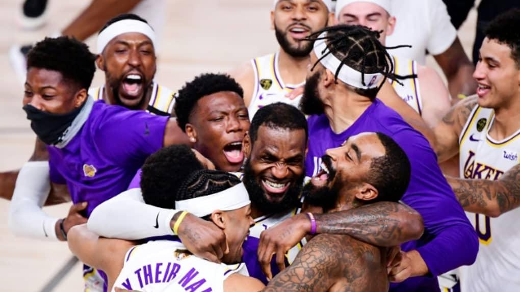 LeBron James, entrouré de ses coéquipiers, célèbre la victoire des Los Angeles Lakers face à Miami, le 11 octobre 2020 à Orlando afp.com - Douglas P. DeFelice
