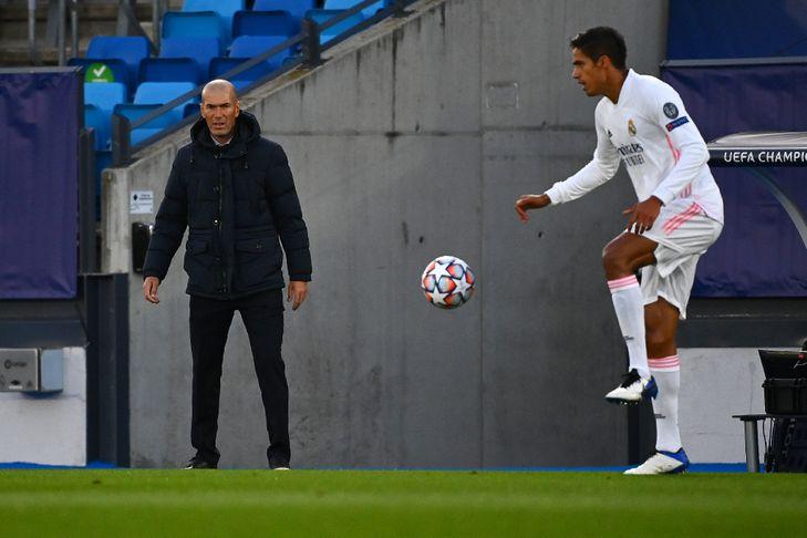 L'entraîneur français du Real Madrid, Zinédine Zidane, observe le défenseur français Raphaël Varane lors du match de groupes de la Ligue des champions face au Shakhtar Donetsk, à Valdebebas, le 21 octobre 2020 / AFP