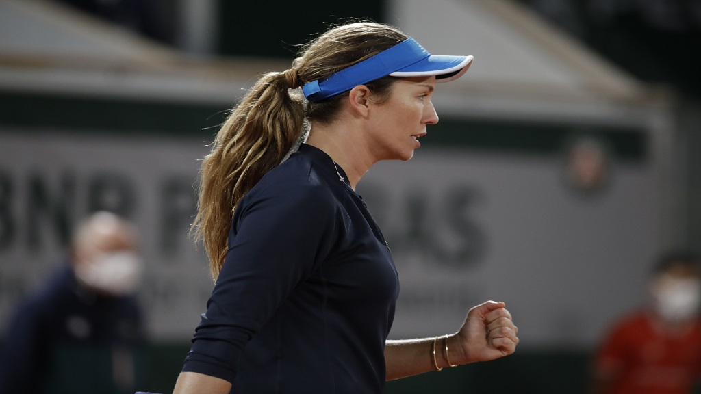 Danielle Collins of the US clenches her fist after scoring a point against Spain's Garbine Muguruza in the third round match of the French Open tennis tournament at the Roland Garros stadium in Paris, France, Saturday, Oct. 3, 2020. (AP Photo/Alessandra Tarantino).