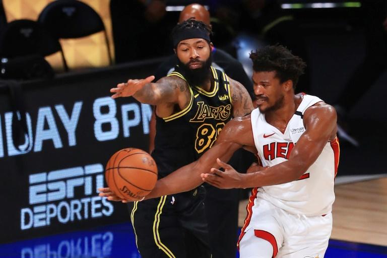 Jimmy Butler (à droite) pour le Heat de Miami, vainqueur du match 5 de la finale NBA contre les Lakers de Los Angeles, le 9 octobre 2020 à Lake Buena Vista, en Floride afp.com - Mike Ehrmann
