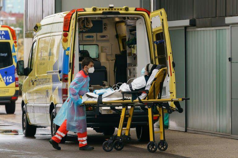Un infirmier pousse le brancard d'une femme à l'intérieur de l'hôpital de Burgos (Espagne), le 21 octobre 2020 (illustration) - Cesar Manso © 2019 AFP