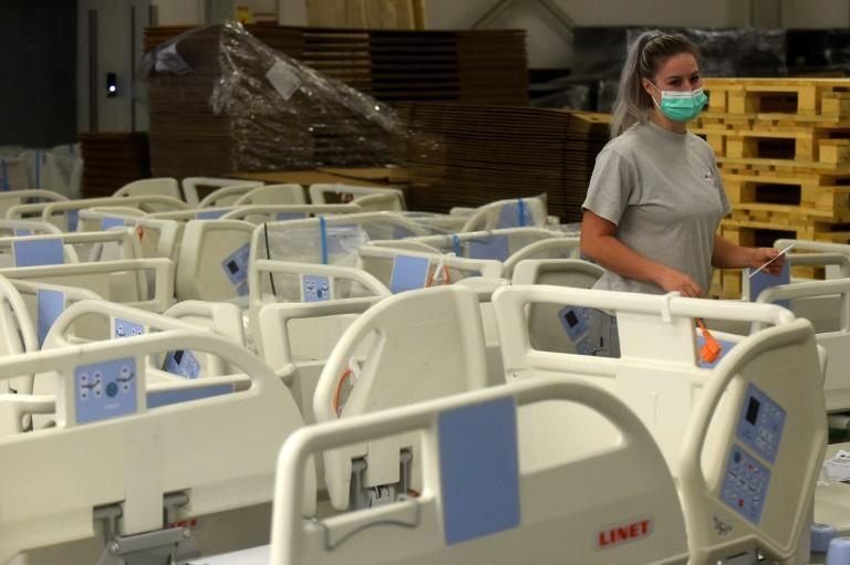 L'employée d'une fabrique de lits d'hôpital tchèque prépare les lits qui seront utilisés pour les patients Covid-19 à Letnany, le 20 octobre 2020 afp.com - Michal Cizek