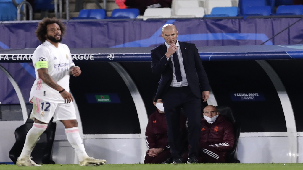 Real Madrid's head coach Zinedine Zidane follows the game during the Champions League, group B football match against Shakhtar Donetsk at Alfredo di Stefano stadium in Madrid, Spain, Wednesday, Oct. 21, 2020. (AP Photo/Manu Fernandez).