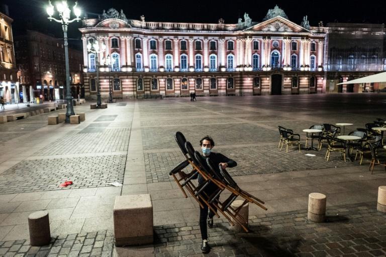 Evacuation des tables et chaises des terrasses à l'approche du couvre-feu place du Capitole à Toulouse, le 24 octobre 2020 afp.com - Fred SCHEIBER