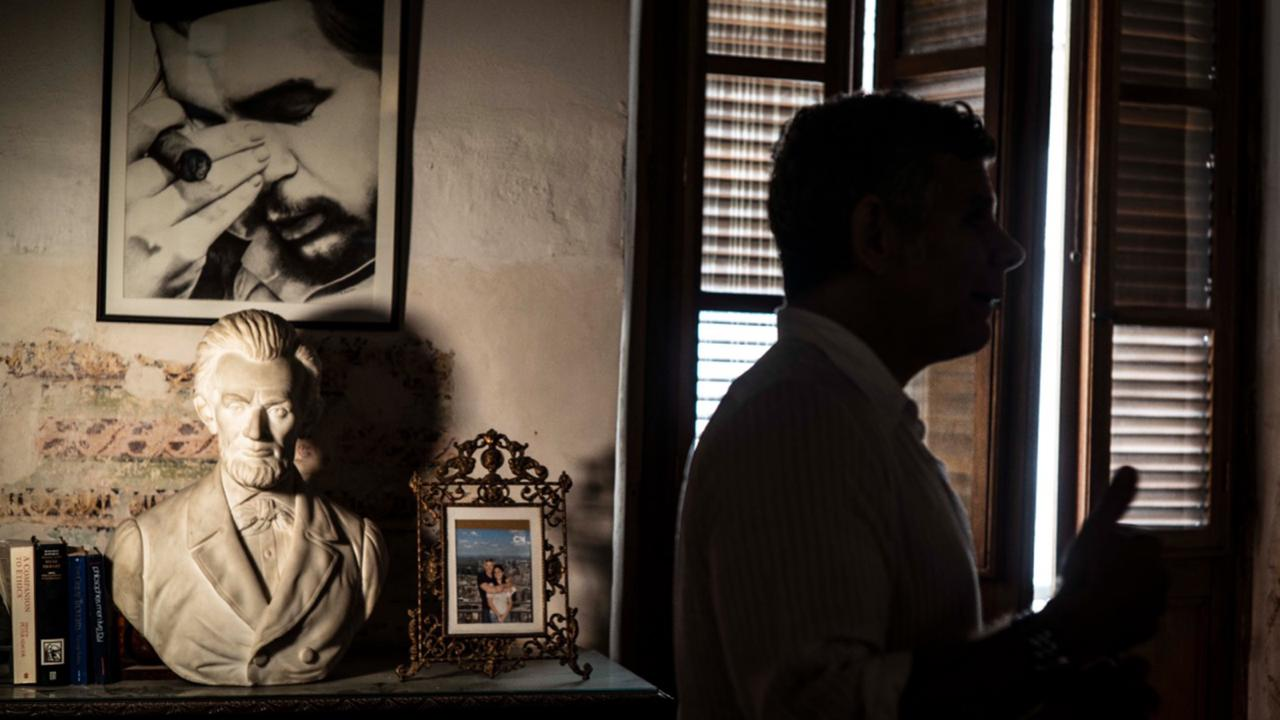 """A framed image of Argentine-born Cuban Revolutionary hero Ernesto """"Che"""" Guevara hangs on a wall next to a bust of U.S. President Abraham Lincoln in Gregory Biniowsky's house, a Canadian lawyer and consultant who has lived and worked in Cuba for more than 20 years, in Havana, Cuba, Monday, October 19, 2020. (AP Photo/Ramon Espinosa)"""