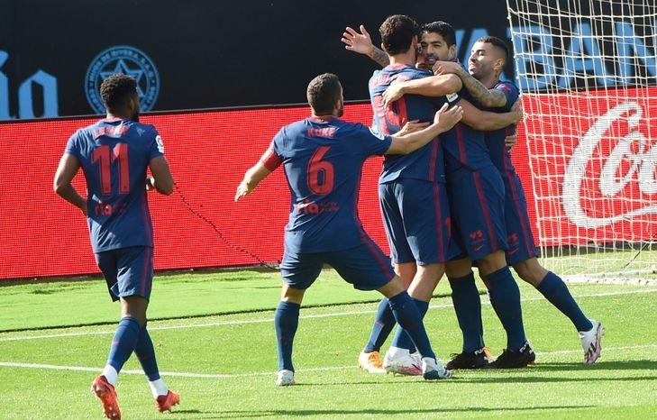 L'attaquant uruguayen de l'Atlético de Madrid, Luis Suarez (c), fête son but avec ses coéquipiers lors du match de Liga face au Celta, à Vigo, le 17 octobre 2020 MIGUEL RIOPA AFP/Archives