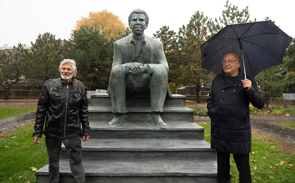 Sur cette photo, le sculpteur Roger Langevin et le PDG de BAnQ Jean-Louis Roy/ Photo: BANQ