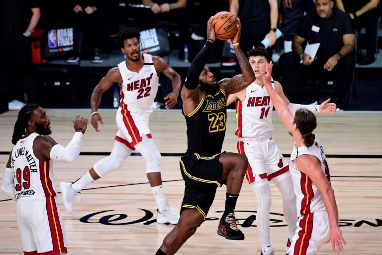 La star des Los Angeles Lakers, Lebron James (centre), lors de la victoire de son équipe face au Miami Heat, le 2 octobre 2020 à Lake Buena Vista afp.com - Douglas P. DeFelice