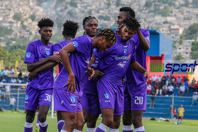 Les joeurs du Violette AC Celebrant un but. Photo: InfosSport