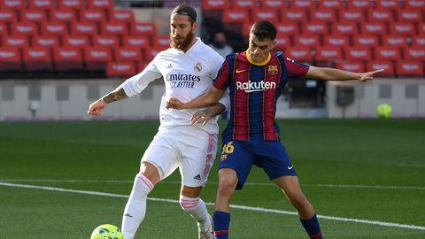 Le défenseur du Real Madrid Sergio Ramos (g) et le milieu du Barça Pedri à la lutte lors du Clasico, le 24 octobre 2020 à Barcelone afp.com - LLUIS GENE