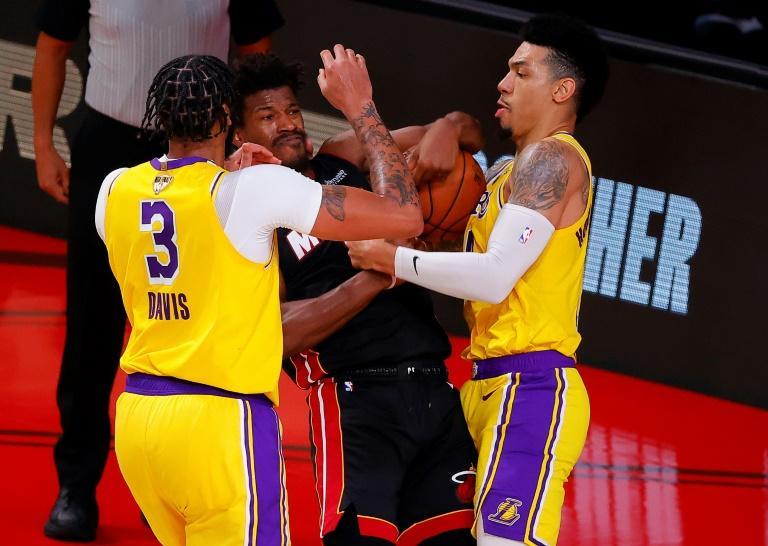 Défense agressive d'Anthony Davis et de Danny Green des Los Angeles Lakers sur Jimmy Butler du Miami Heat dans le match N.4 de la série en finale NBA le 6 octobre 2020 à Lake Buena Vista en Floride afp.com - Kevin C. Cox