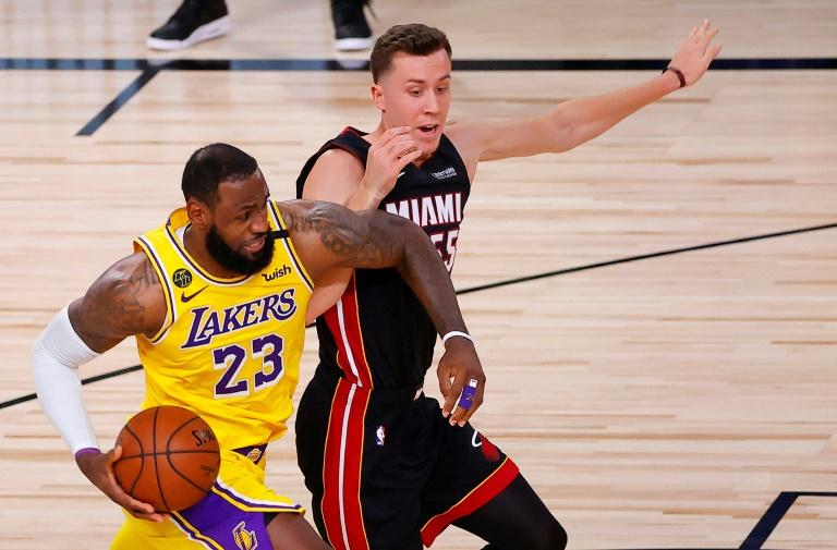 La star des Los Angeles Lakers James déborde Duncan Robinson, du Miami Heat, lors du premier match de la finale NBA le 30 septembre 2020 à Orlando, en Floride afp.com - Kevin C. Cox