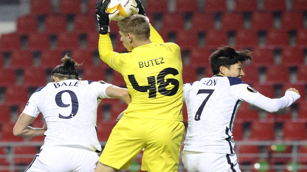 Royal Antwerp's goalkeeper Jean Butez, centre, goes up for a save while being challenged by Tottenham's Gareth Bale and Tottenham's Son Heung-min during their Europa League Group J football match at the Bosuil stadium in Antwerp, Belgium, Thursday, Oct. 29, 2020. (AP Photo/Francois Walschaerts).