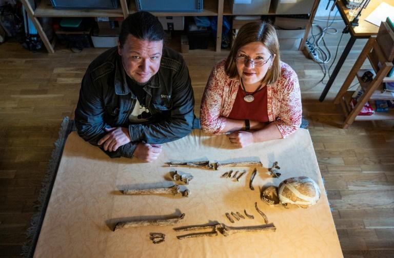 """L'archéologue allemand Philipp Roskoschinsky et l'anthropologue allemande Bettina Jungklaus posent à côté du squelette de la """"dame de Bietikow"""", le 23 septembre 2020 à Berlin John MACDOUGALL AFP/Archives"""