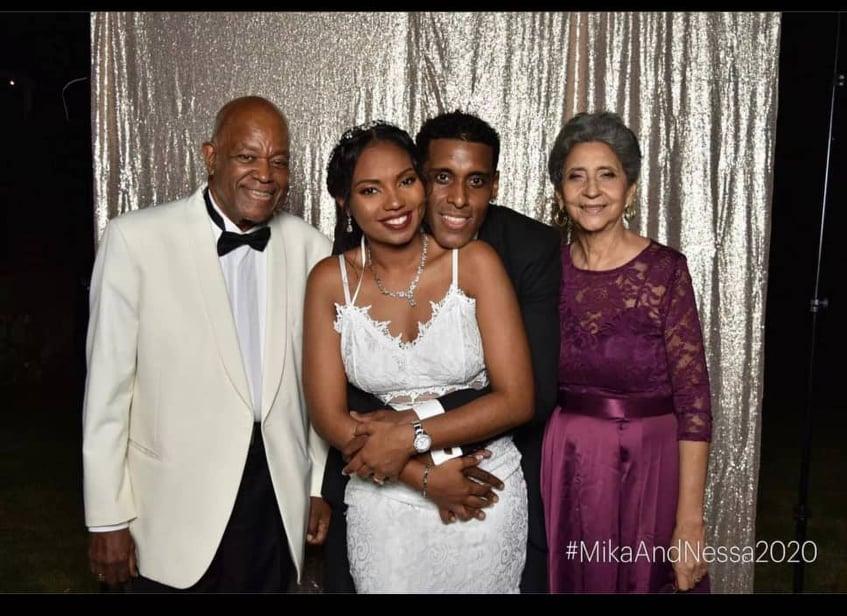Sur Instagram, Michael Benjamin a partagé une photo de son couple, en tenue de mariés,entouré de son père et sa mère.