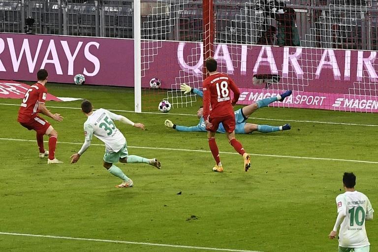 Le gardien du Bayern Manuel Neuer encaisse un but du milieu du Werder Maximilian Eggestein, le 21 novembre 2020 à Munich afp.com - Lukas BARTH