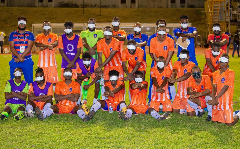 Les joueurs de FC Arachaie rendant hommage à Evelyne Sincère. Photo: Fcaebook Izolan