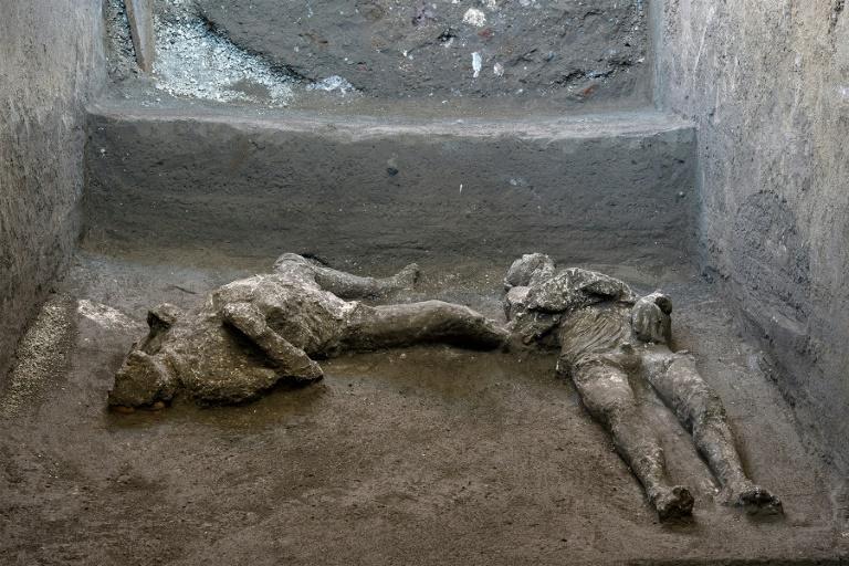 Photo montrant la reconstitution des corps de deux victimes à Pompéi, un homme de 40 ans environ et son esclave, pris au piège par l'éruption volcanique qui a détruit la ville romaine Handout POMPEI ARCHAEOLOGICAL PARK/AFP