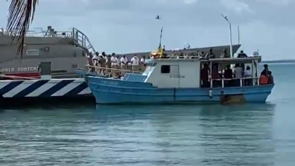 The boat on which the 14 Cuban migrants were found. Image source: reporte24qr.com