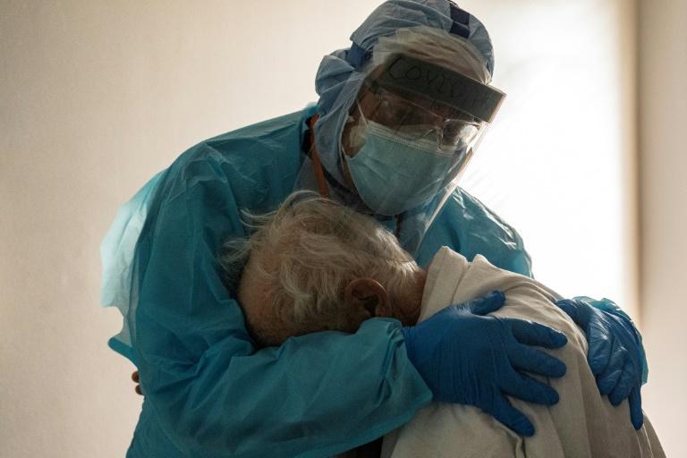 Le Dr Joseph Varon réconforte un patient âgé atteint du Covid-19 le 26 novembre 2020 à l'hôpital United Memorial de Houston, au Texas afp.com - Go Nakamura