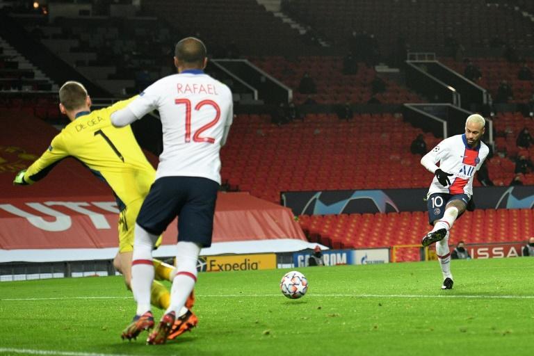 L'attaquant star Neymar bat de près David de Gea pour le 3e but du PSG contre Manchester United, battu à Old Trafford, le 2 décembre 2020 Oli SCARFF AFP