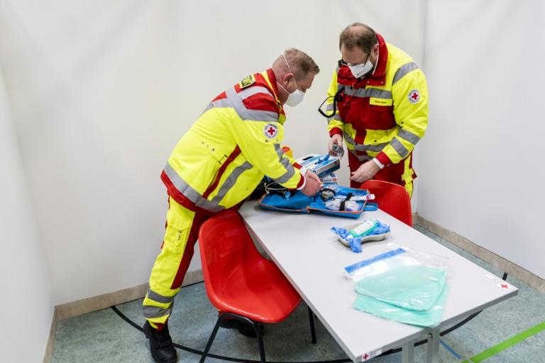 Des membres de la Croix-Rouge allemande se prépare à accueillir du public dans un futur centre de vaccination à Eschwege, en Hesse (Allemagne), le 1er décembre 2020