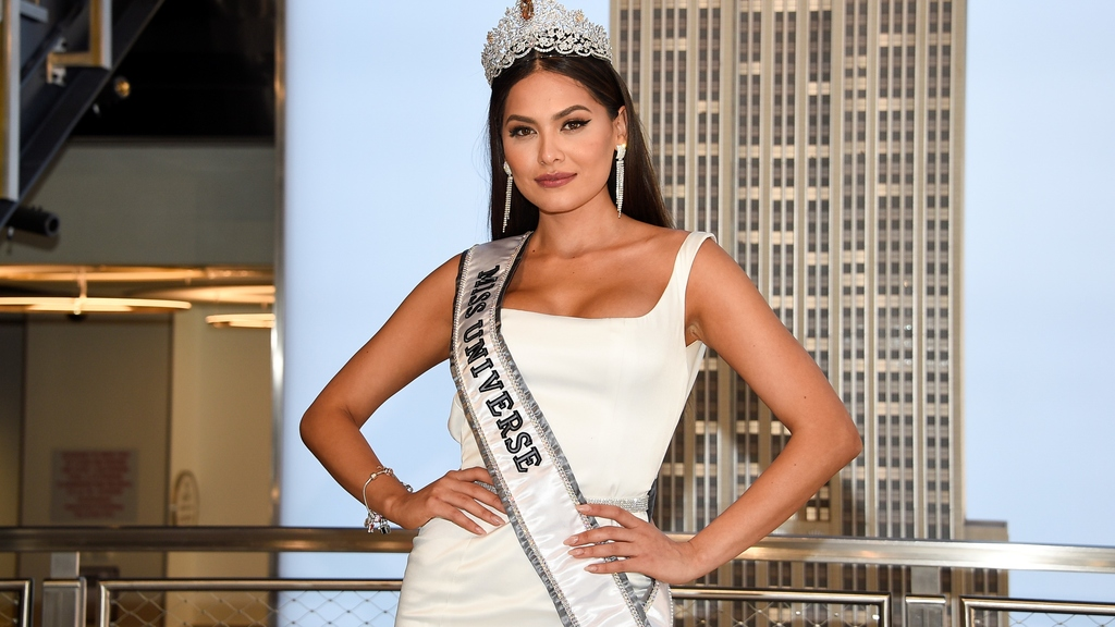 档案-新加冕的环球小姐,来自墨西哥的Andrea Meza,在纽约帝国大厦参观期间为媒体摆姿势。下一届环球小姐大赛将于12月在以色列埃拉特举行。(图片来源:Evan Agostini/Invision/美联社,文件)
