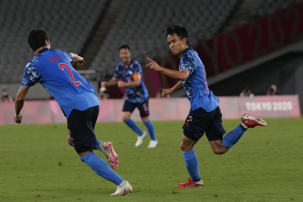 2021年7月22日,日本东京,2020年夏季奥运会男足对阵南非的比赛中,日本的久保武夫(右)和队友一起庆祝进球。(美联社照片/认Kajiyama)